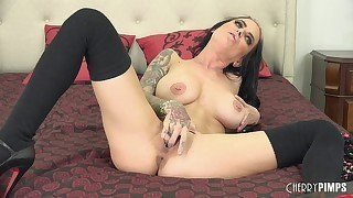 Black-haired lady shows her awesome