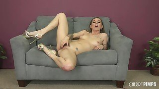 Young hoe gives a good blowjob on